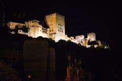 Vista di notte del palazzo famoso di Alhambra a Granada da Albaici fotografia stock libera da diritti