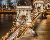 Vista di notte del ponte a catena di Szechenyi sul fiume Danubio a Budapest Fotografia Stock Libera da Diritti