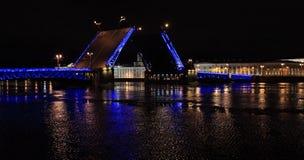 Vista di notte del ponte del palazzo di apertura a St Petersburg, Russia Fotografia Stock Libera da Diritti