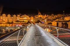 Vista di notte del ponte moderno al paesino di montagna Fotografia Stock