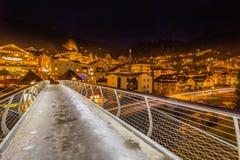 Vista di notte del ponte moderno al paesino di montagna Immagine Stock