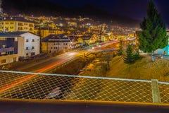 Vista di notte del ponte moderno al paesino di montagna Immagine Stock Libera da Diritti