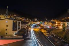 Vista di notte del ponte moderno al paesino di montagna Fotografie Stock