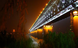 Vista di notte del ponte sopra Chang Jiang a Wuhan, Cina immagine stock