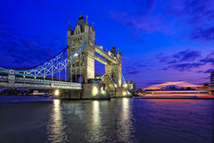 Vista di notte del ponticello della torretta a Londra immagine stock