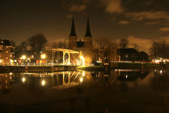 Vista di notte del ponticello e del cancello della città Immagine Stock Libera da Diritti