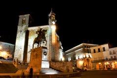 Vista di notte del quadrato principale di Trujillo (Spagna) immagini stock