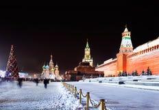 Vista di notte del quadrato rosso a Mosca con i decori Fotografie Stock
