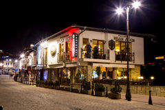 Vista di notte del ristorante in Veliko Tarnovo, Bulgaria fotografia stock libera da diritti