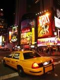 Vista di notte del tassì in Times Square Fotografie Stock Libere da Diritti