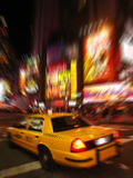 Vista di notte del tassì in Times Square fotografia stock