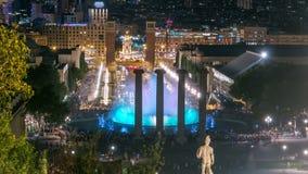 Vista di notte del timelapse magico dello spettacolo di luci della fontana a Barcellona, Catalogna, Spagna archivi video