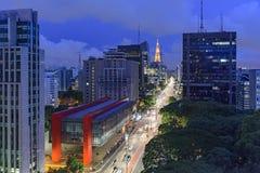Vista di notte del viale famoso di Paulista fotografie stock