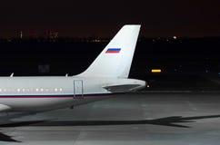 Vista di notte dell'aeroporto e dell'aereo di coda La Russia, St Petersburg aprile 2017 Immagini Stock