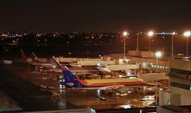 Vista di notte dell'aeroporto occupato fotografia stock