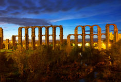 Vista di notte dell'aquedotto romano antico Immagini Stock