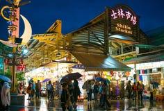 Vista di notte dell'entrata del mercato di notte di Shihlin fotografia stock libera da diritti