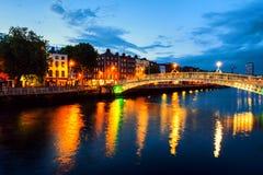 Vista di notte dell'ha illuminato famoso Penny Bridge a Dublino, Irlanda immagini stock libere da diritti