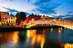 Vista di notte dell'ha illuminato famoso Penny Bridge a Dublino, Irlanda al tramonto immagine stock libera da diritti