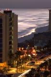Vista di notte dell'oceano e delle costruzioni Fotografie Stock