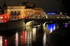 Vista di notte dell'opera reale illuminata di Stoccolma fotografia stock libera da diritti