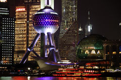 Vista di notte dell'orizzonte di finanza di lujiazui di Schang-Hai e di zona commerciale Fotografia Stock