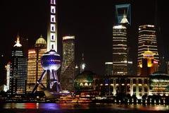 Vista di notte dell'orizzonte di finanza di lujiazui di Schang-Hai e di zona commerciale Immagini Stock Libere da Diritti