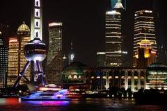 Vista di notte dell'orizzonte di finanza di lujiazui di Schang-Hai e di zona commerciale Fotografie Stock Libere da Diritti