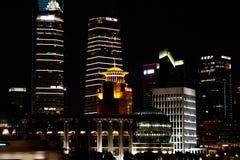 Vista di notte dell'orizzonte di finanza di lujiazui di Schang-Hai e di zona commerciale Immagine Stock