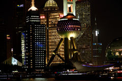 Vista di notte dell'orizzonte di finanza di lujiazui di Schang-Hai e di zona commerciale Fotografia Stock Libera da Diritti