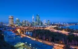 Vista di notte dell'orizzonte di Perth da re Park immagini stock