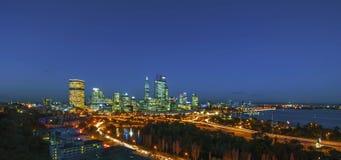 Vista di notte dell'orizzonte di Perth dal Park di re Immagine Stock