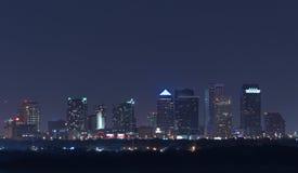 Vista di notte dell'orizzonte di Tampa Florida con le costruzioni accese Fotografie Stock Libere da Diritti