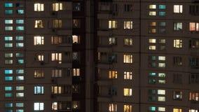 Vista di notte della casa multistorey del pannello fotografie stock libere da diritti
