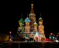 Vista di notte della cattedrale del basilico della st a Mosca Fotografia Stock