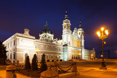Vista di notte della cattedrale di Almudena a Madrid Fotografie Stock Libere da Diritti