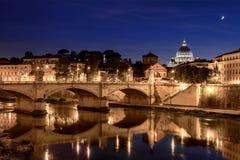 Vista di notte della cattedrale di St Peter a Roma Immagini Stock Libere da Diritti