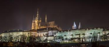 Vista di notte della cattedrale di Vitus del san in mezzo al castello di Praga Fotografia Stock Libera da Diritti