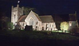 Vista di notte della chiesa di parrocchia illuminata con proiettori di Hambledon Immagine Stock