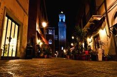 Vista di notte della città con municipio chiarito in Piombino, Italia Immagine Stock Libera da Diritti