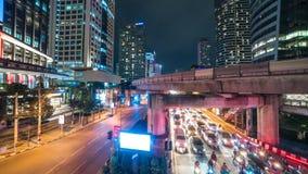 Vista di notte della città con traffico principale Bangkok, Tailandia Luglio 2018 Timelapse 4K stock footage