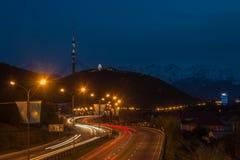 Vista di notte della città di Almaty, collina di Kok Tobe Tracce delle luci alla notte sopra Fotografie Stock