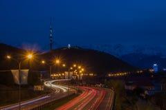 Vista di notte della città di Almaty, collina di Kok Tobe Tracce delle luci alla notte sopra Immagine Stock