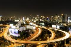 Vista di notte della città di Bangkok con l'alto modo di traffico principale Fotografia Stock