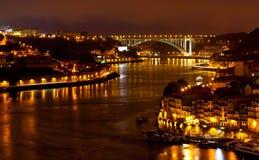 Vista di notte della città di Oporto e del fiume del Duero Fotografia Stock Libera da Diritti