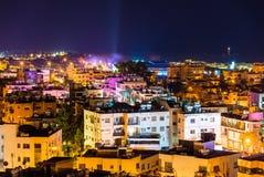Vista di notte della città di Pafo immagine stock