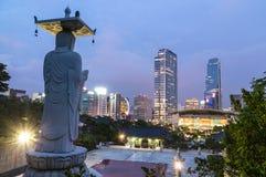 Vista di notte della città di Seoul dal tempio di Bongeunsa Fotografie Stock Libere da Diritti