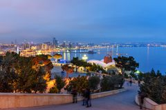 Vista di notte della città e del boulevard di Bacu bacu l'azerbaijan fotografie stock libere da diritti