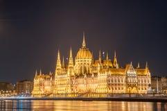 Vista di notte della costruzione ungherese del Parlamento sulla banca del Danubio a Budapest, Ungheria Fotografia Stock