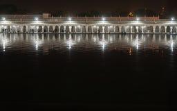 Vista di notte della galleria del tempio di Gurudwara Bangla Sahib Fotografia Stock